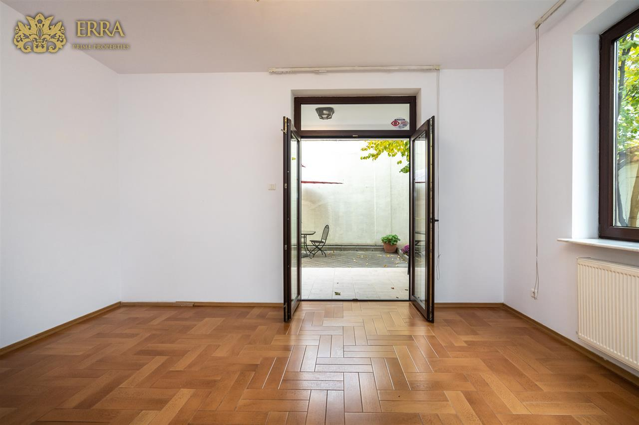 Vila spatioasa, 15 camere, pretabila office reprezentativ. Domenii